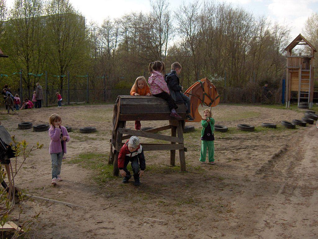 Reiterhof: Für die Kleinsten ein Holzpferd