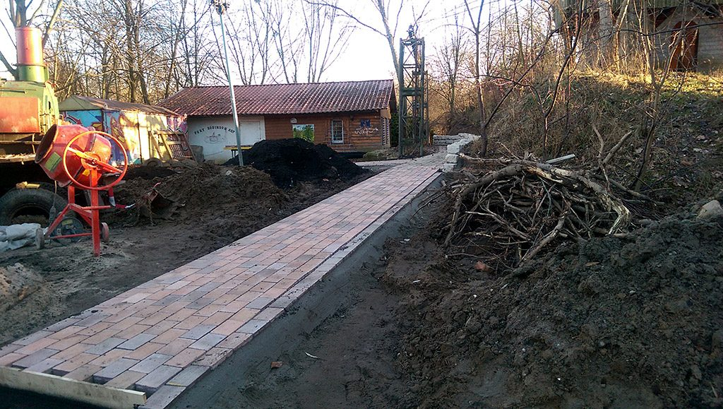 Bauarbeiten für gepflasteten Weg