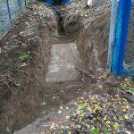 Spielhaus Wasserleitungsgraben mit vergrabenem,altem Plattenbauteil im Boden