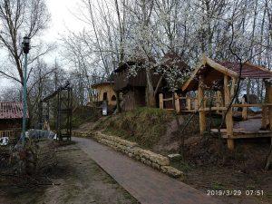 Befestigter Weg am Kletterberg mit Blick auf Burg und Hexenhaus