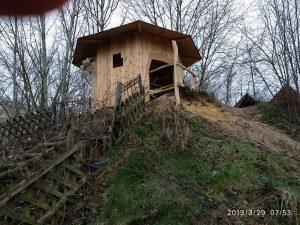 Blick vom Fuß auf den Hügel mit Hexenhaus