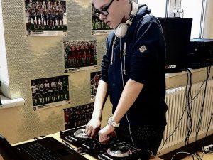 AG Musik: Junge am Mischpult