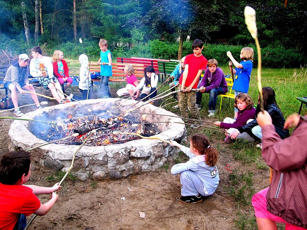 Ferienlager Knüppelkuchen überm Lagerfeuer