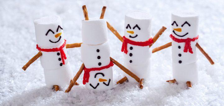 Lustige Schneemänner im Schnee