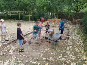 Kinder helfen beim Bau der Gorodki-Anlage