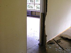 zerstörte Tür im Gebäude