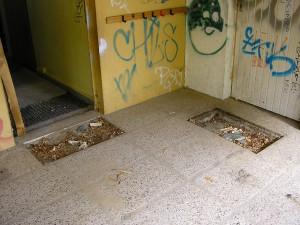 beschmierte und zerstörte Wände und Böden