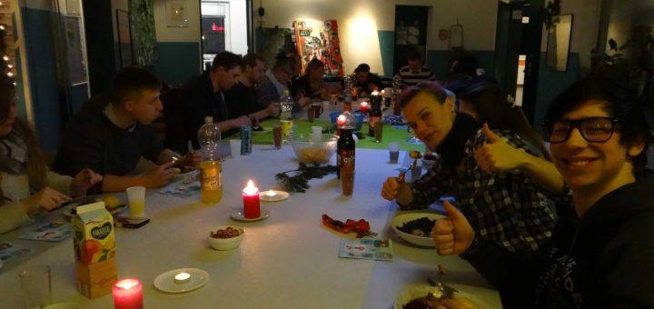 Clubbesucher und Angestellte beim Essen