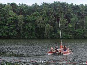 Boot mit Kindern auf dem Langen See