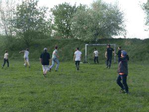 Kinder und Jugendliche spielen Fußball