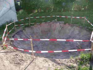 Eine Grube, auf der jetzt ein Tramppolin steht