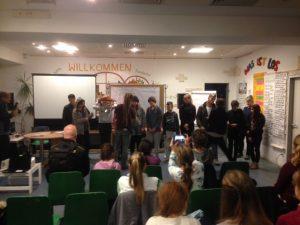 Kinder und Jugendliche stellen ihre Projekte beim Money-Man-Projekt vor