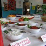 Snackbuffet mit Dips, Gemüse und Salaten