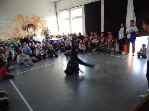 Brakedancer während des Bühnenprogramms