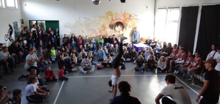 Gäste und Tänzer wähjrend der Jubiläumsfeier