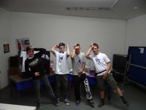 Team Fortnite belegt Platz drei und posiert vor der Kamera