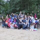 Kindergruppenfoto mit jubelnden Kids