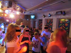 Kinder tanzen in einer Disco