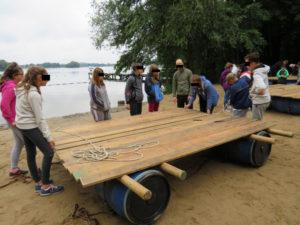 Kids beim Floßbau mit halbfertigem Floß