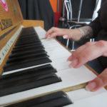 Zwei Hände auf einem Klavier