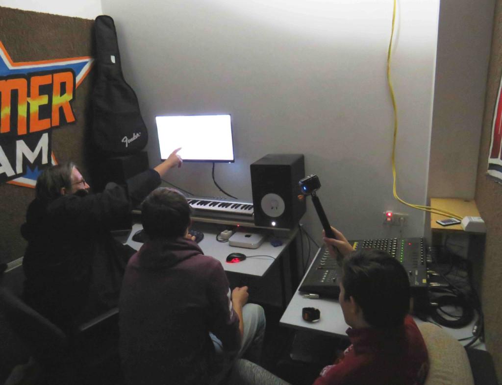 Jugendliche produzieren Musik im Studio