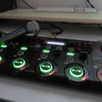 Schwarze Loopstation mit grün leuchtenden Knöpfen
