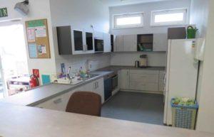 Neu eingebaute, weiße Küche. Steril und ohne Dekoration.