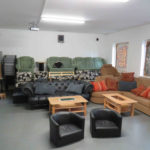 Sitztribüne mit Sofas und Sesseln