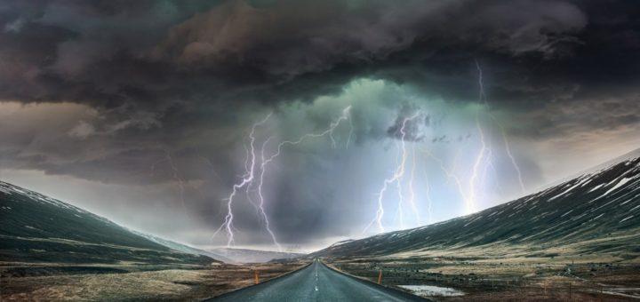 Landschaft mit Blitzeinschlägen und wolkenverhagenem Himmel