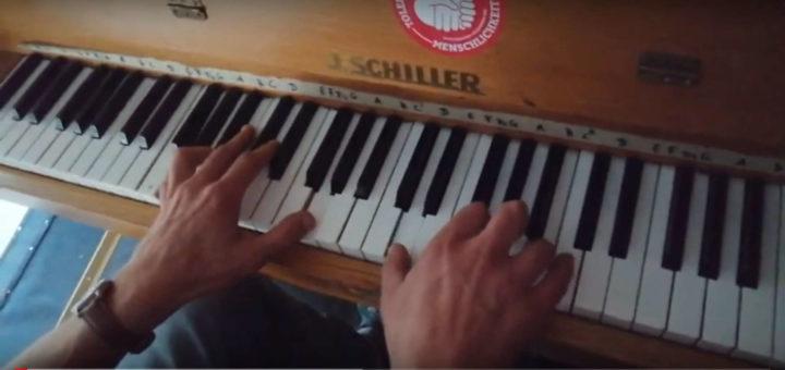Zwei Hände auf einer Klaviatur