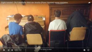 Vier Personen an zwei Klavieren