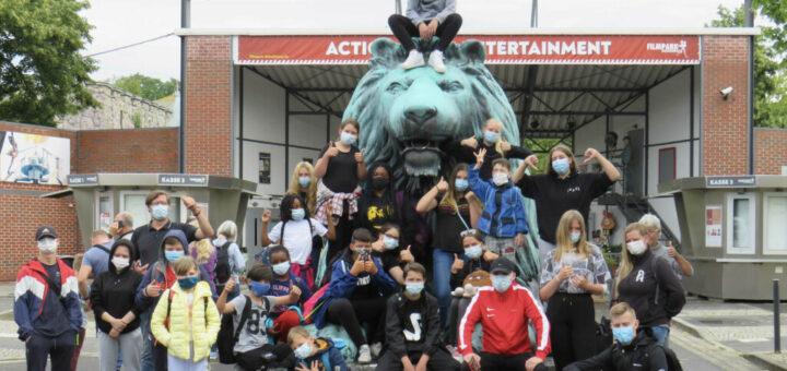 Jugendliche Reiseteilnehmer vor dem Filmpark Babelsberg machen ein Gruppenfoto