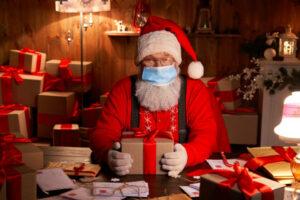 Ein Weihnachtsmann mit Atemschutzmaske